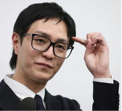 面識のない女性に暴行したとした容疑で逮捕された人気音楽グループ「AAA」のリーダー・浦田直也容疑者(36)が視庁月島署から釈放され、